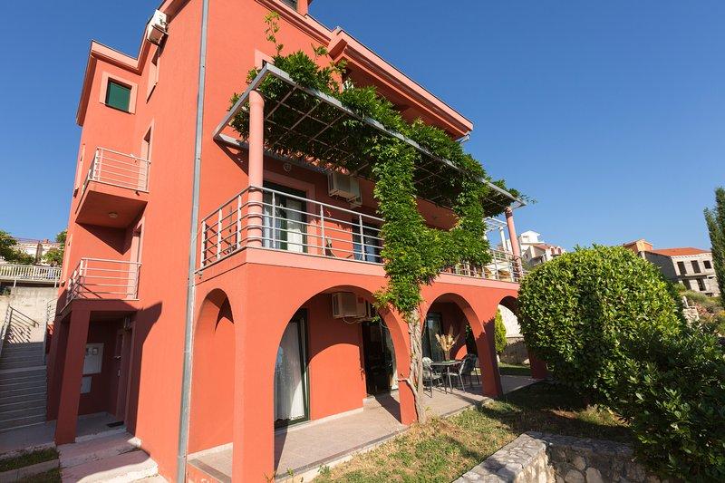 RED HOUSE, 4 APT IN ONE BUILDING NEAR DUBROVNIK, location de vacances à Ivanica