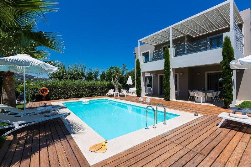 Het zwembad terras is voorzien van ligbedden en parasols!