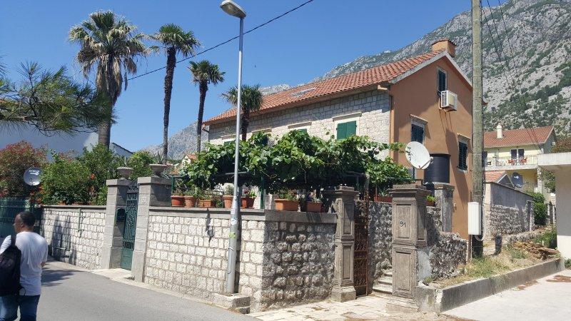 Garden apartmant near sea *NEW, location de vacances à Kotor