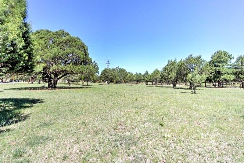 Esta propiedad se encuentra en 1 acre de tierra abierta.