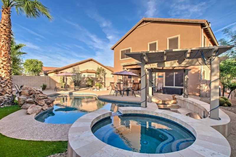 Home w/Waterfall Pool + Hot Tub in San Tan Valley!, location de vacances à San Tan Valley