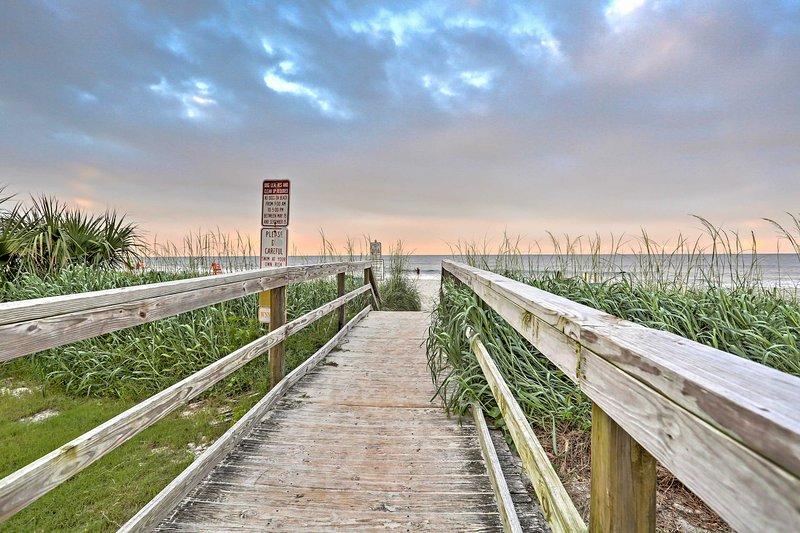 Um retiro de praia rejuvenescedora espera por você neste aluguel de temporada de 4 quartos.