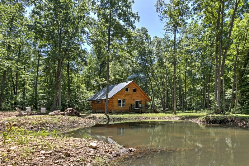 Lyndhurst Cabin on Farm w/ Pond & Stocked Stream!, alquiler vacacional en Staunton