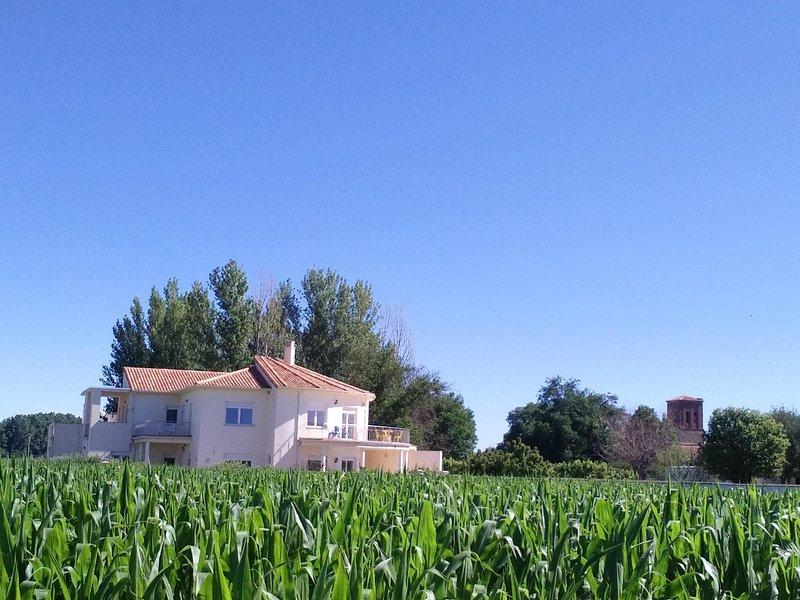 Casa Miguel & Sally, 16km Leon, 3km autovia Galicia-Barcelona, 31 personas, alquiler de vacaciones en Provincia de León