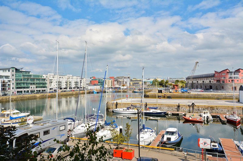 Galway City Centre Harbour View, vacation rental in Galway