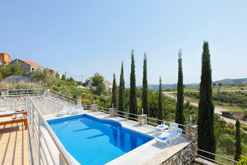 BEAUTIFUL VILLA WITH A SWIMMING POOL, location de vacances à Ivanica