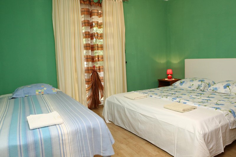 ST2 Luxurious Two-Bedroom Apartment with Balcony, holiday rental in Kanegra