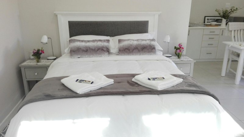 Romantic white & grey queen size bed
