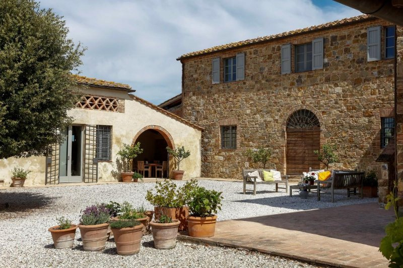 Design villa with pool and 360° spectacular Tuscan views near Siena, holiday rental in Bollano