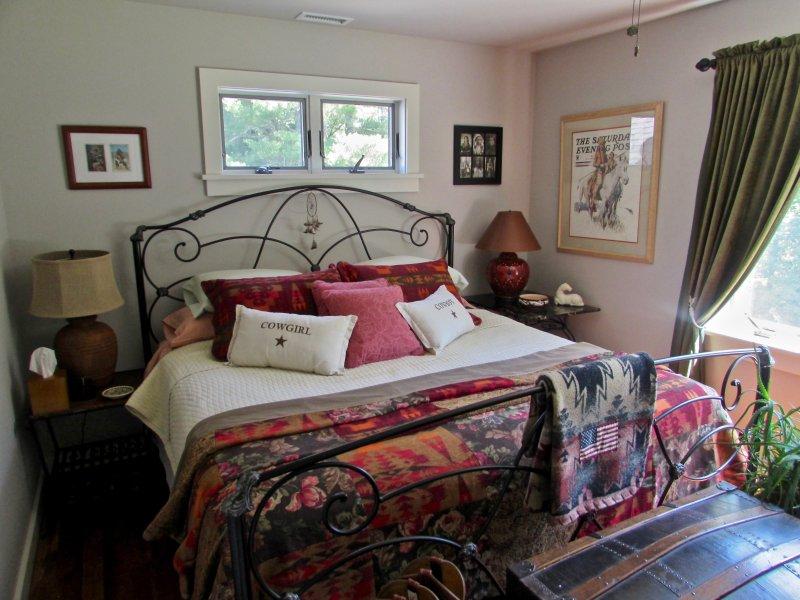 """Su habitación privada """"Penthouse"""", con cama King."""