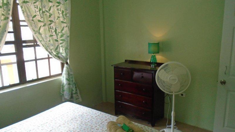 Pecho de Cajón y el ventilador en la habitación # 1