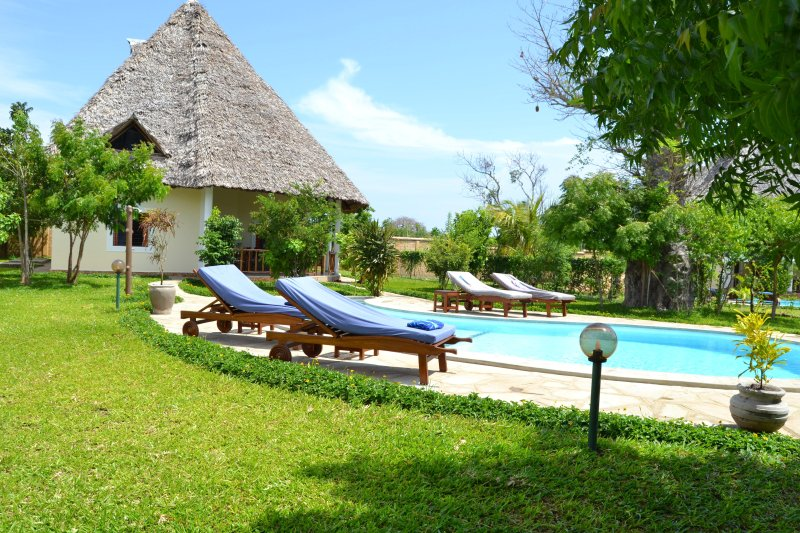 Traumvilla Maisha-Bora in Diani  Beach, Pool inkl.  House Keeping & Koch, holiday rental in Msambweni