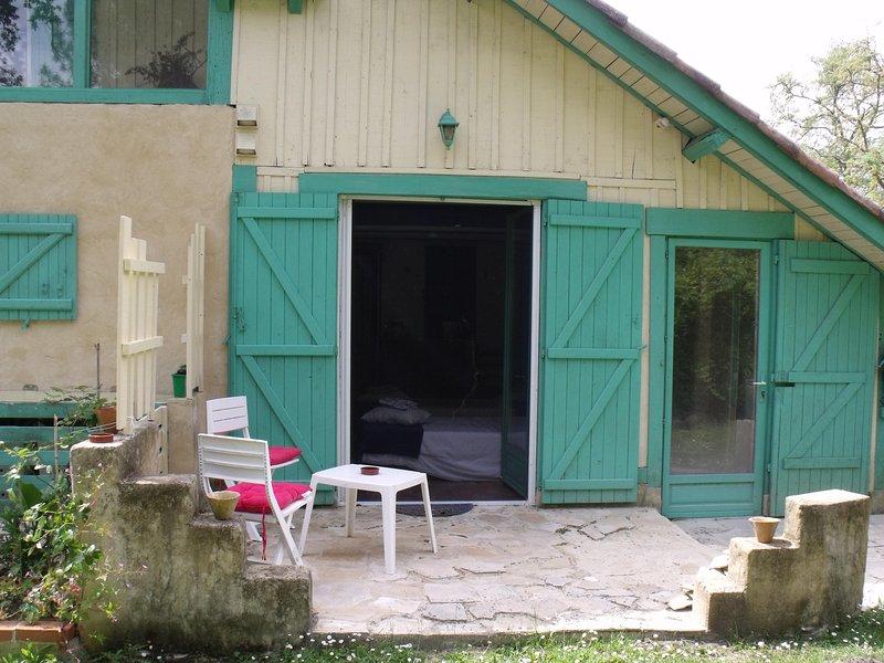 Chambre bleue (équipée de moustiquaire sur les portes fenêtres) terrasse