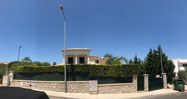 Fassade; Haupttür und Tor Garage zugreifen