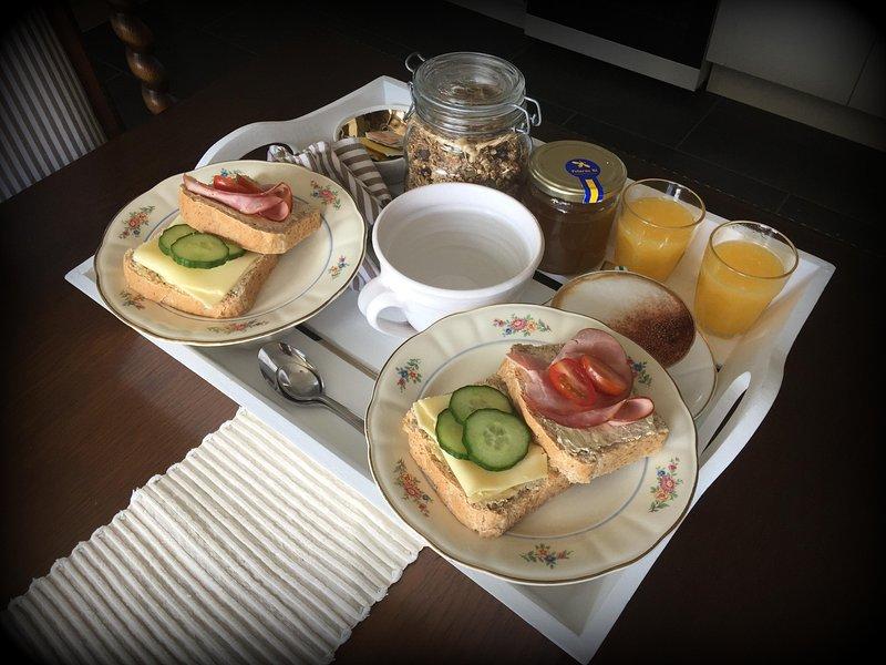 Frukost: hembakt bröd, egengjord granola med yoghurt, färskpressad apelsinjuice, te/kaffe.