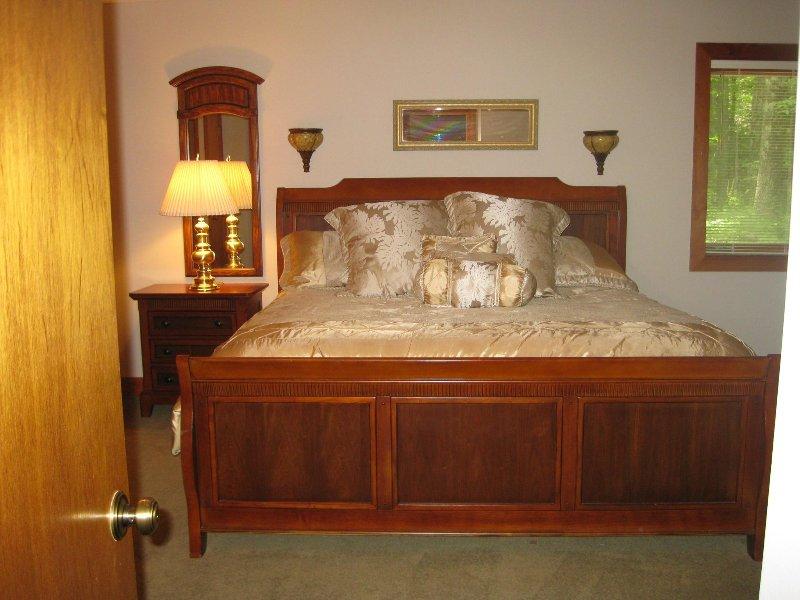 Beneden slaapkamer met een kingsize bed