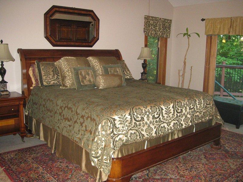 Begane grond slaapkamer met een kingsize bed en een eigen badkamer. schuifdeuren een hangmat