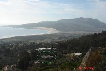 Casa (en el círculo verde) desde arriba sobre rutas de senderismo