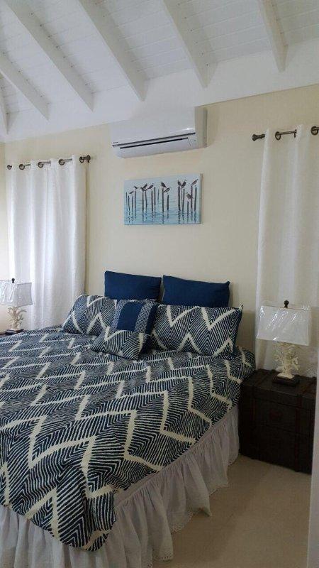 Está totalmente climatizado y dormitorio principal con cama matrimonial, ventilador de techo y baño privado.