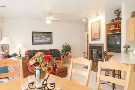 Park City Condo with Large Deck and Mountain Views, alquiler de vacaciones en Coalville