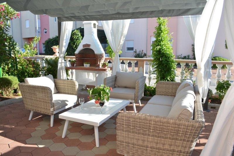 Jardín, sala de estar, chimenea al aire libre, pérgola