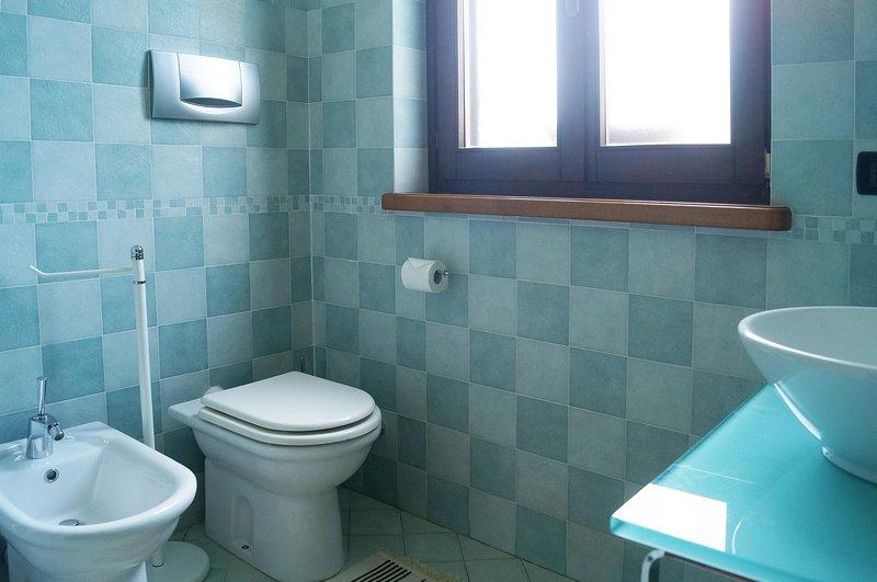 Camera con cucinino annesso e bagno privato. abbinabile a Loropetalum Room, vacation rental in Carignano