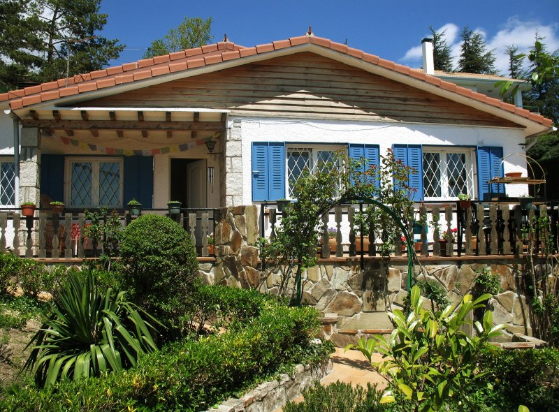 Charming cottage with private pool, location de vacances à Miraflores de la Sierra