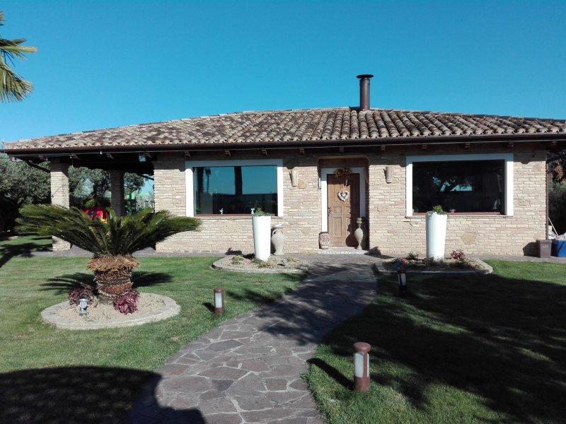 Villa Laura in collina a 4 km dal mare, location de vacances à Francavilla Al Mare
