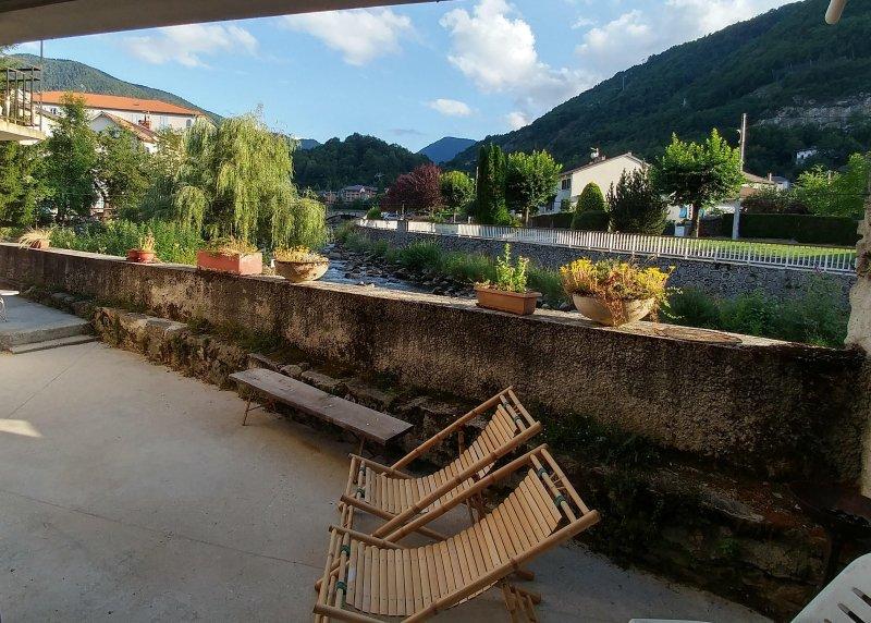 Beaurivage2 studio 2 personnes avec grande terrasse au centre d'Ax, vacation rental in Ignaux