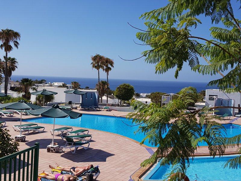Bonito apartamento a pie de piscina y vistas al mar, vacation rental in Puerto Del Carmen