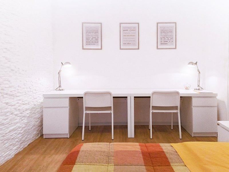 As duas grandes mesas, para ler, estudar ou trabalhar ....