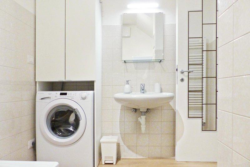 O banheiro é abastecido com sabão, toalhas e secador de cabelo; a máquina de lavar estiver disponível sem custos