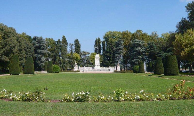 A famosa Piazza Virgiliana eo monumento a Virgílio, a poucos passos do apartamento!