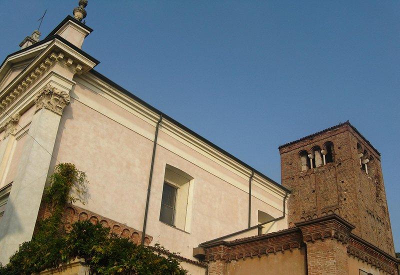 A igreja vizinha de San Leonardo ea torre sineira do século XIV.