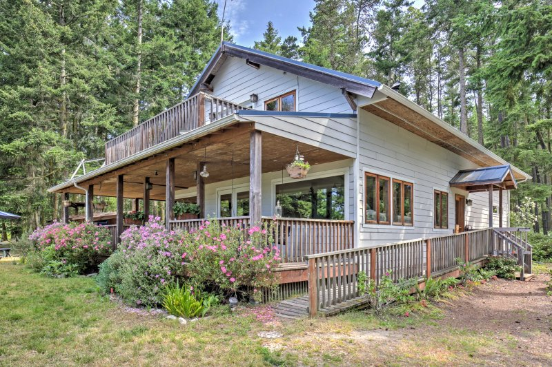 With over 3,000 square feet of living space, this Lopez Island vacation rental home boasts sleeping accommodations for 14 and a spacious outdoor area with unbelievable views.