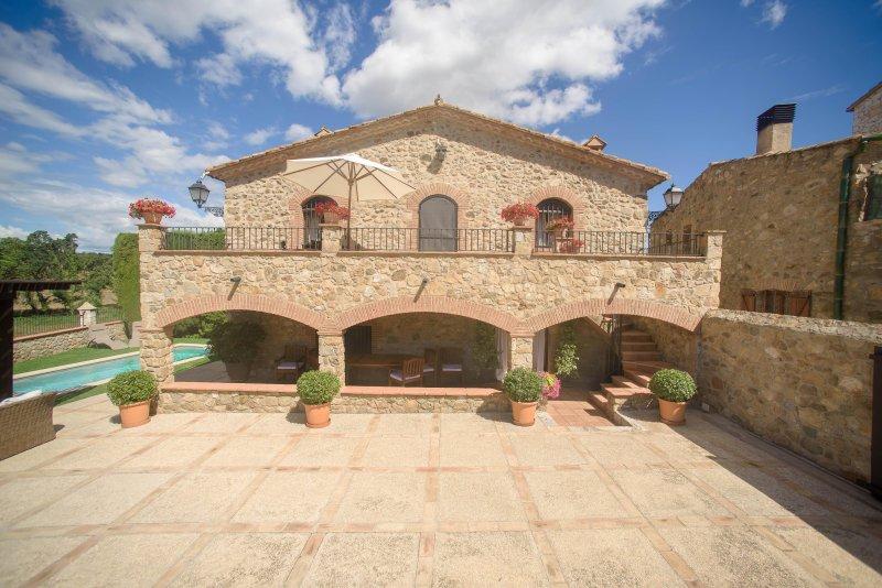 CAL BISBE (CASA RURAL DE ALQUILER INTEGRO) CON PISCINA, BARBACOA,MASCOTAS, vacation rental in Cistella