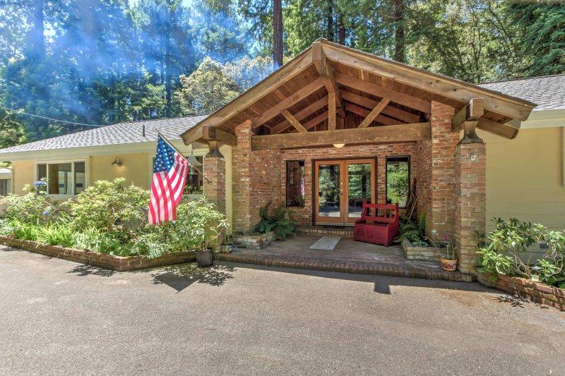 Esta casa respalda parcialmente hasta el Bosque Estatal de Jackson y es sólo una milla del océano.