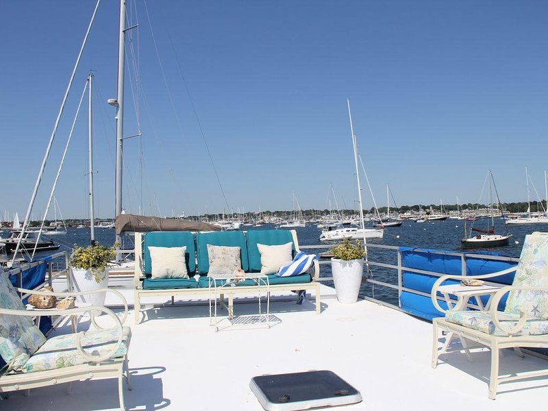 Unique Houseboat Experience located in Newport Harbor. Great summer escape!, aluguéis de temporada em Newport