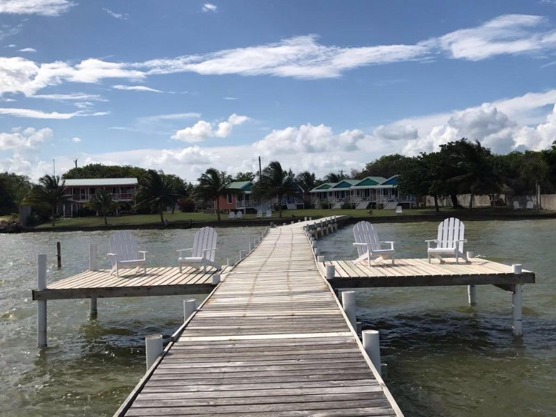 Adult only resort with 8 private, waterfront cabanas, alquiler de vacaciones en Corozal
