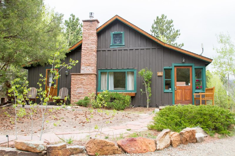Classic Colorado Cabin on the Big Thompson River, casa vacanza a Drake