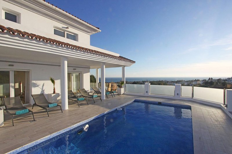 Modern Villa with stunning views in Riviera del Sol, sleeps 10, holiday rental in Sitio de Calahonda