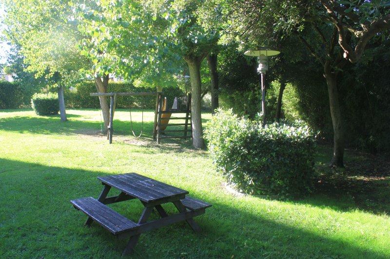 Cercado en el jardín compartido con zona de barbacoa y pequeño parque infantil