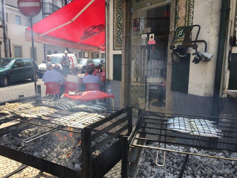 Afurada es famosa por sus restaurantes de mariscos. Pescado a la parrilla al aire libre en las barbacoas