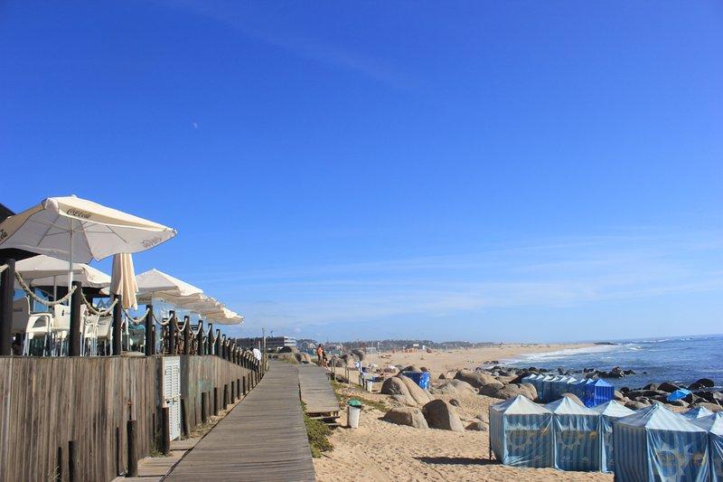 Las playas locales con paseo marítimo y cafés