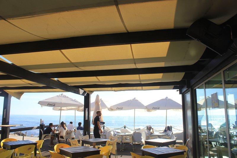Un montón de cafés informales y chiringuitos en las playas
