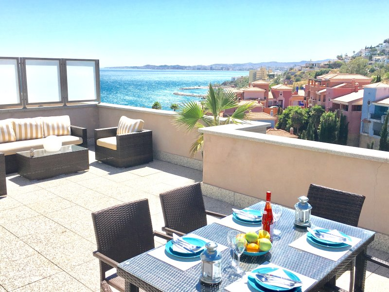 Beautiful 2 bedroom penthouse in beachside complex , terrace with sea views, holiday rental in Benalmadena
