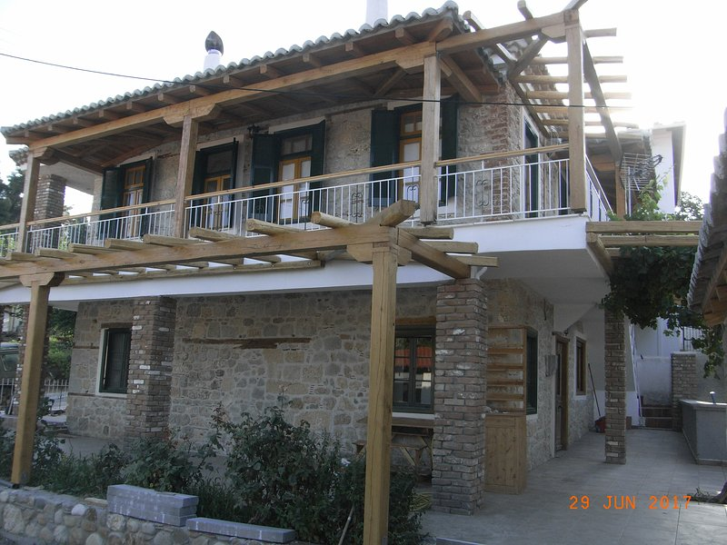 VILLAGE HOLIDAY HOUSE NICK 1, holiday rental in Loutra
