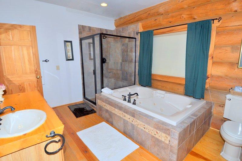 Los huéspedes les encanta el baño principal con bañera de hidromasaje y cabina de ducha.
