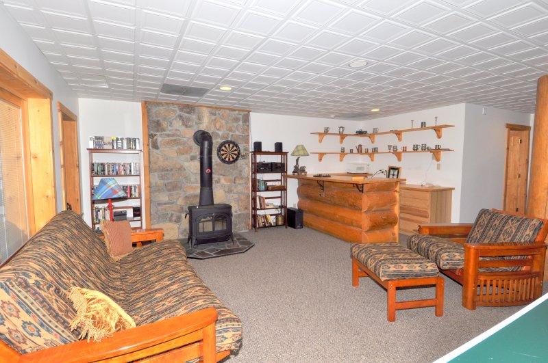 El nivel inferior den cuenta con un futón para dormir adicionales y estufa de leña.