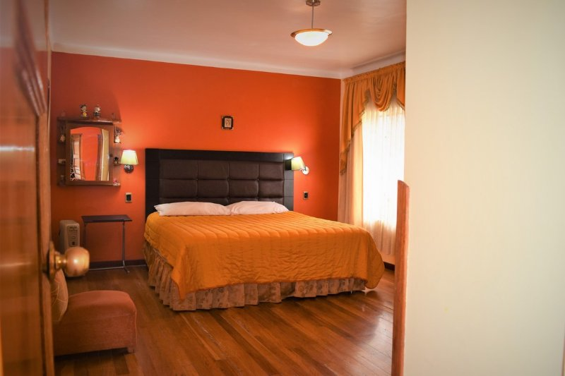 This is the master bedroom with King Zise, 2mts 2 mts